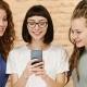 Schülerinnen nutzen Smartphone